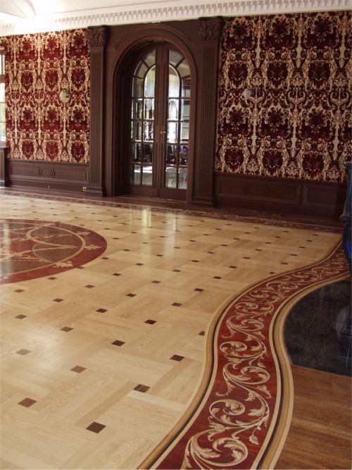 podłoga w salonie rozeta bordiura i parkiet taflowy www.intarsjepodlogowe.pl
