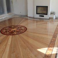 moztaż podłogi promienistej z bordiurą i rozetą